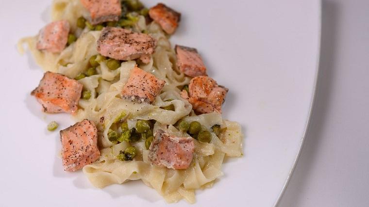 receta salmón con pasta y guisantes superalimentos leclerc