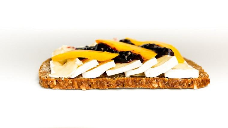 Sandwich tosta queso brie y mango