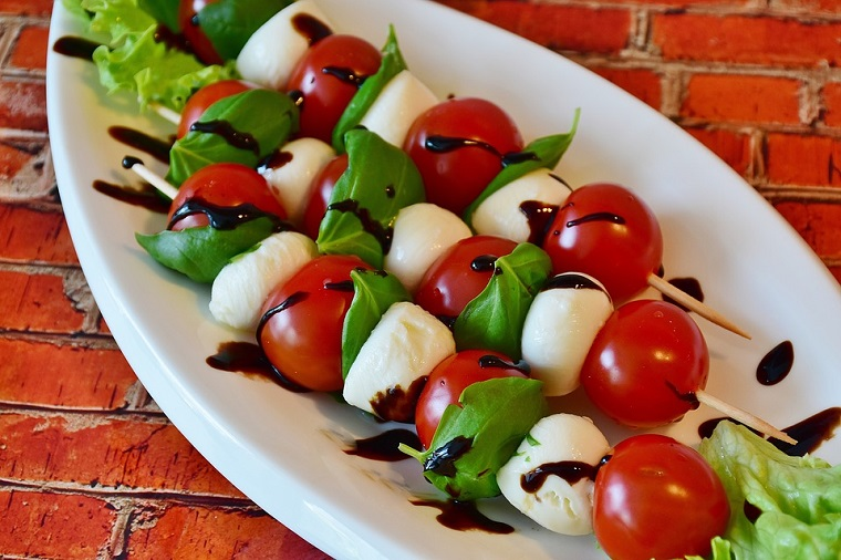 Pinchos de mozzarella y tomatitos cherry