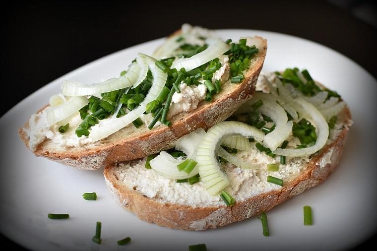 Tostas de queso y cebolla