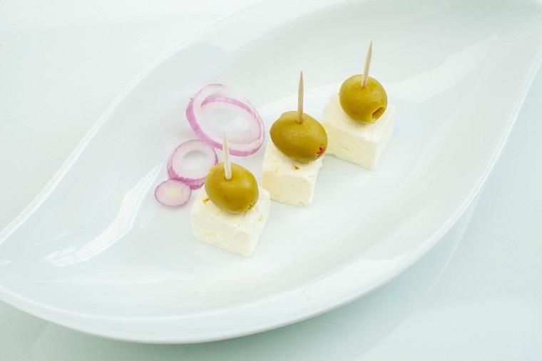 Receta hora aperitivo facil con queso y aceitunas