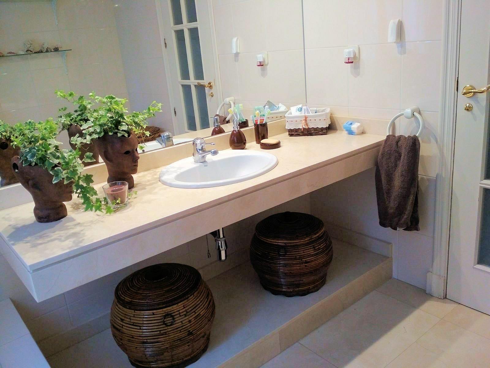 Decorar con cestas en el baño